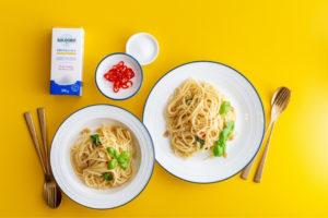Spaghetti Aglio Olio auf gelben Untergrund mit SALDORO Kristallsalz mit Jod