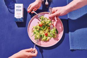 Zucchininudeln mit grünem Spargel, Kirschtomaten und gerösteten Pinienkernen