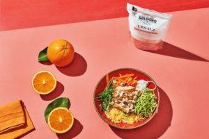 Orangen-Couscous-Bowl mit Möhren, Zucchini und Hähnchenfleisch