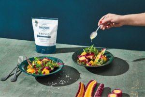 Urmöhren-Orangen-Salat mit Wildkräutern und Haselnüssen